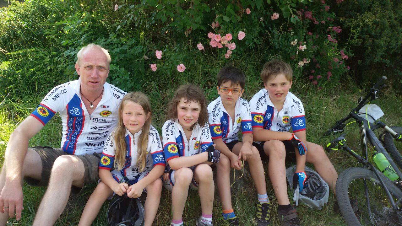 Gut gelaunte Nachwuchs-Biker mit Betreuer Frank Dörfler, v.l.: Lea Dörfler, Emma Schöffel, Josef und Johann Pezold.
